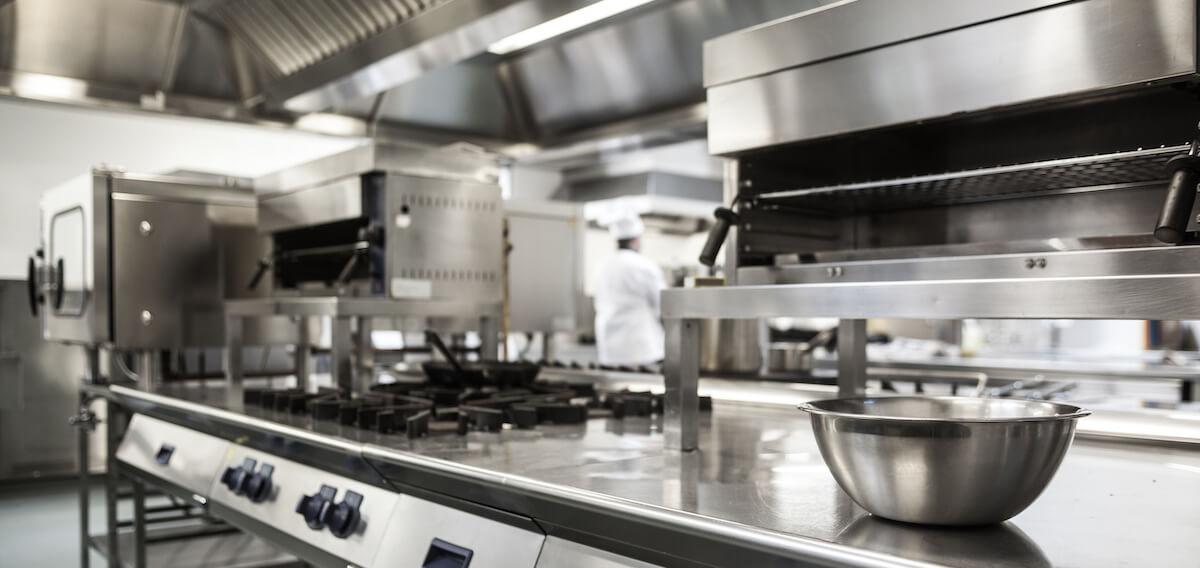 3411af49d853 Normalmente, en este tipo de cocinas predomina el mobiliario de aluminio o  acero inoxidable por su resistencia. Son ante todo ambientes, donde  conceptos ...